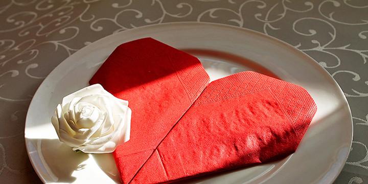 Servietten falten Herz zum Valentinstag