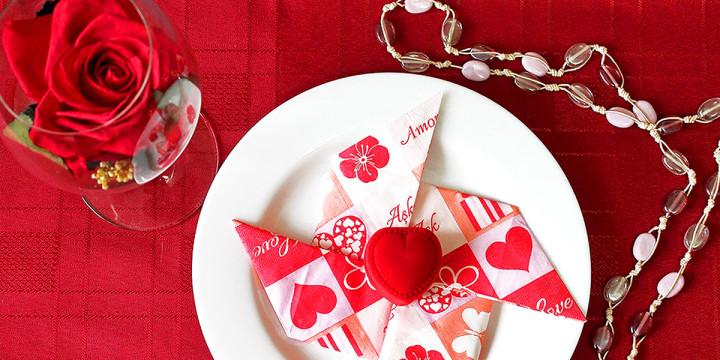 Servietten falten romantisch rote Serviette mit Herz
