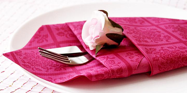 Papierservietten falten Anleitung Bestecktasche Rosa