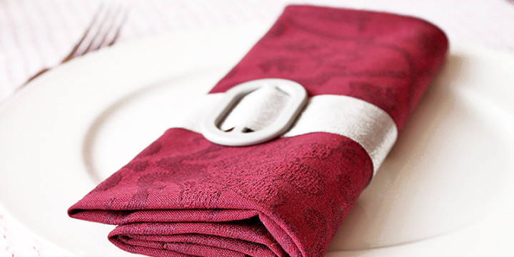 Servietten falten Tasche mit Gürtel elegant